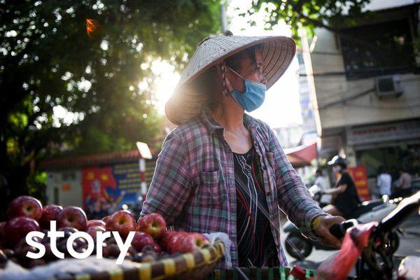 Người phụ nữ 20 năm bán hàng rong khắp các tuyến phố cổ