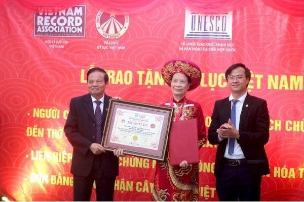 Nghệ nhân Đặng Thị Mát được trao tặng Kỷ lục Việt Nam