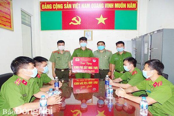 Đoàn Thanh niên Công an tỉnh trao tặng kinh phí xây nhà nghĩa tình đồng đội