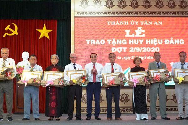Long An: Trao tặng Huy hiệu Đảng hướng tới chào mừng Quốc khánh