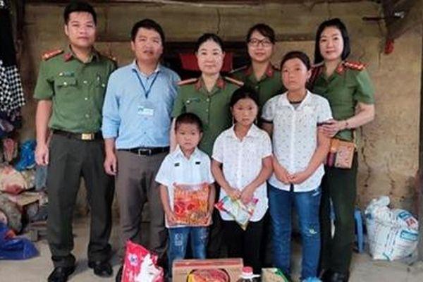 Phụ nữ Công an tỉnh Hà Giang tặng quà từ thiện tại huyện Quản Bạ