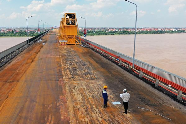 Đuổi việc nhóm công nhân ném phế liệu từ cầu Thăng Long