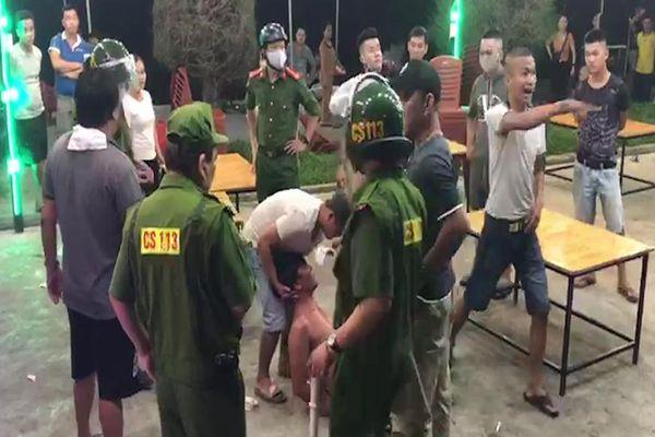 Cảnh sát 113 ngăn chặn thanh niên chém nhau tại Chợ đêm Sông Trà