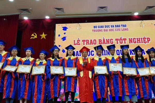 Trường ĐH Cửu Long trao bằng cho 407 cử nhân, kỹ sư tốt nghiệp