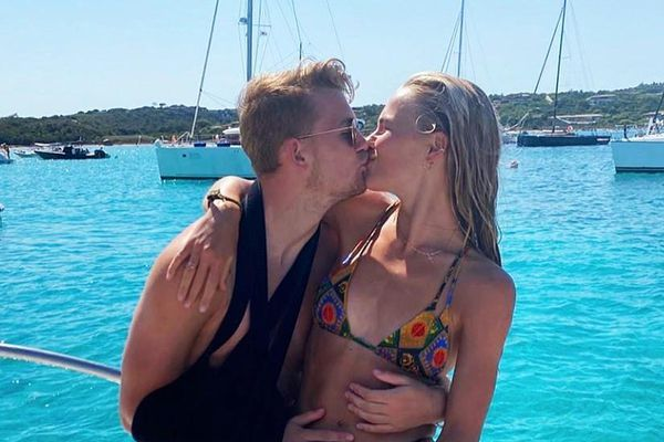 De Ligt hôn say đắm bạn gái xinh đẹp trên biển