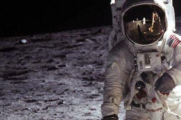 Mặt trăng đang gỉ sét và Trái đất là nguyên nhân