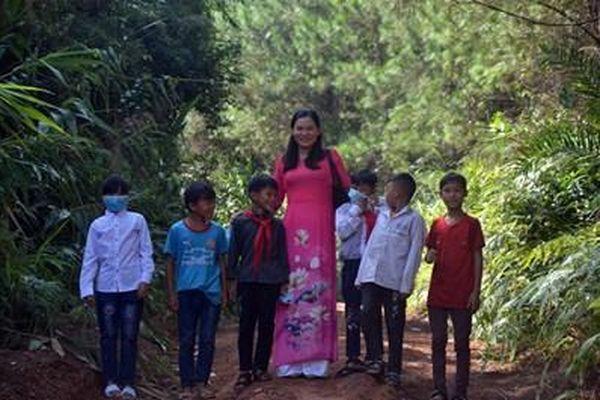 Lội suối, băng rừng đón học sinh đi khai giảng