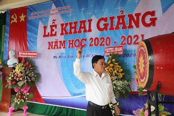 Nguyên Phó Tổng Thanh tra Chính phủ Nguyễn Chiến Bình dự Lễ khai giảng năm học mới tại Trường THPT Nguyễn Hùng Hiệp