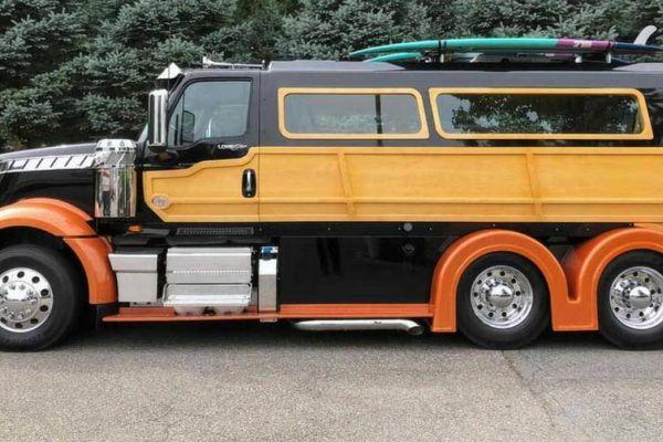 Đầu kéo container ốp gỗ thành xe du ngoạn có giá gấp 10 lần bản gốc