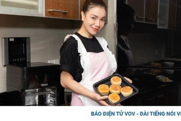 Trà Ngọc Hằng diện đồ giản dị vẫn xinh tươi, vào bếp làm bánh tặng mẹ và con gái