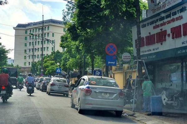 Taxi dừng đỗ lộn xộn trước cổng bệnh viện 108: Đề xuất lắp camera phạt nguội