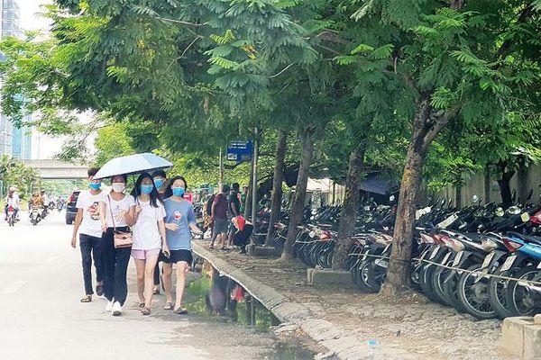Người đi bộ bị đẩy xuống lòng đường Nguyễn Hoàng