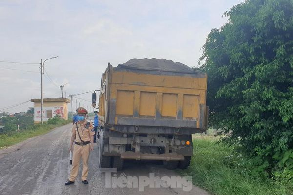 Xử phạt nhiều xe quá tải, cơi nới thùng tàn phá đê sông Hồng