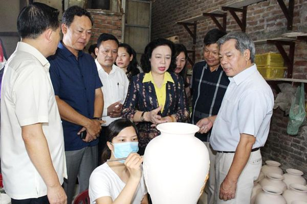 Phó Bí thư Thường trực Thành ủy Ngô Thị Thanh Hằng: Bát Tràng cần tập trung phát triển sản phẩm OCOP gắn với du lịch làng nghề
