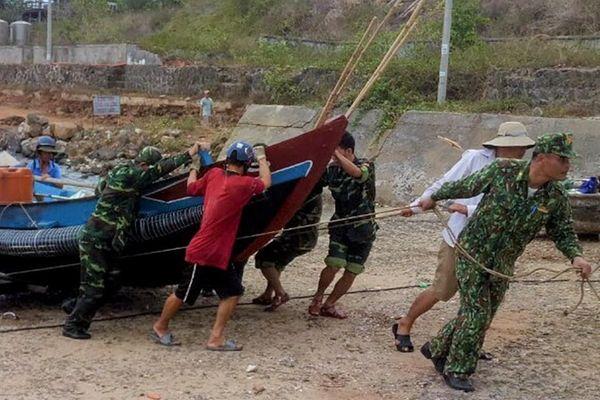Lính biên phòng huyện đảo Cồn Cỏ giúp dân 'chạy bão'