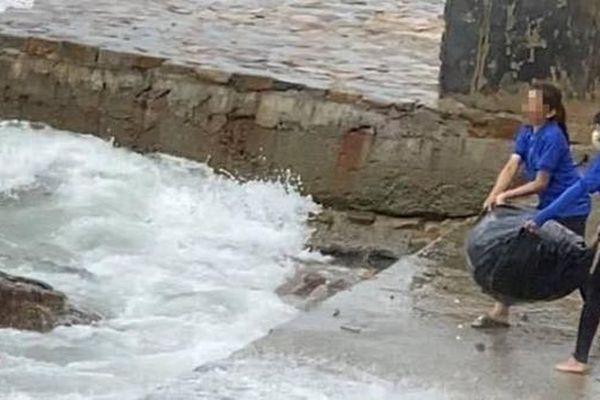 Nhân viên quán cà phê vứt hàng chục bao rác xuống biển