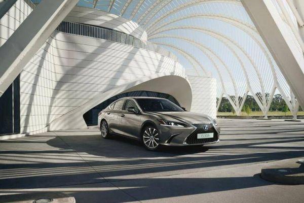 Lexus ES 300h ra mắt tại Anh, giá khởi điểm 1,1 tỷ đồng