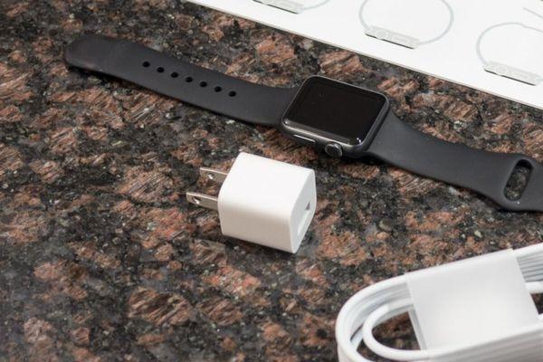 Apple Watch mới không bán kèm củ sạc khiến dư luận xôn xao
