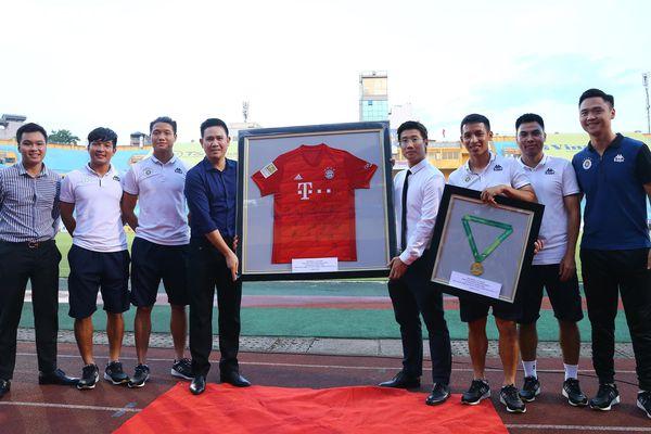 Ông chủ Asanzo Phạm Văn Tam: Mong bóng đá trở lại bình thường mãi mãi