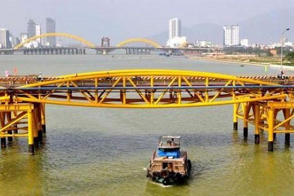 Bão số 5 đổ bộ, người dân Đà Nẵng sửng sốt trước màn 'biến hình' của cây cầu lịch sử