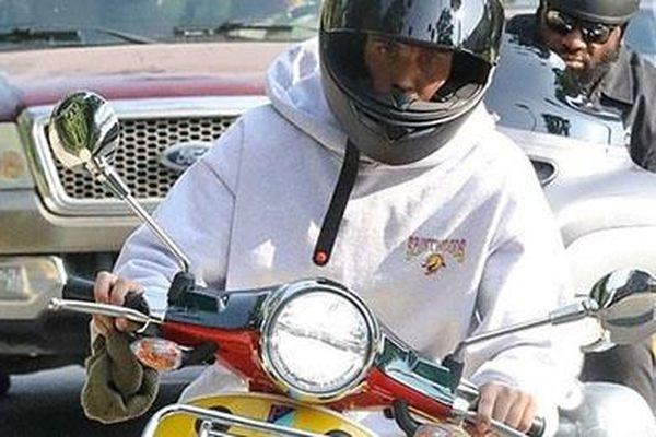 Justin Bieber lái xe máy dạo phố