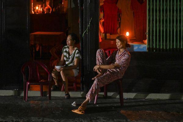 Cuộc sống người dân Huế đảo lộn vì mất điện