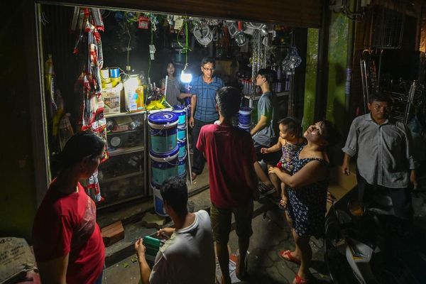 Người Huế xếp hàng mua bóng đèn sau bão