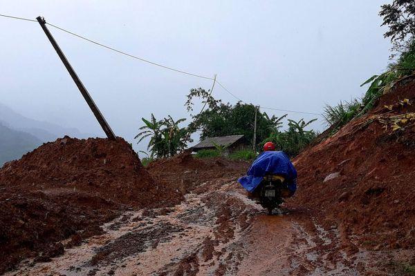 Nhiều bản làng bị cô lập sau bão số 5