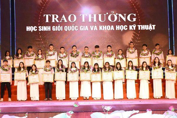 Nghệ An tuyên dương học sinh đạt giải quốc tế, quốc gia và đạt điểm cao trong kỳ thi tốt nghiệp THPT