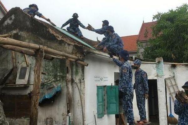 Bộ Tư lệnh Vùng Cảnh sát biển 1 giúp dân khắc phục thiệt hại sau cơn bão số 5