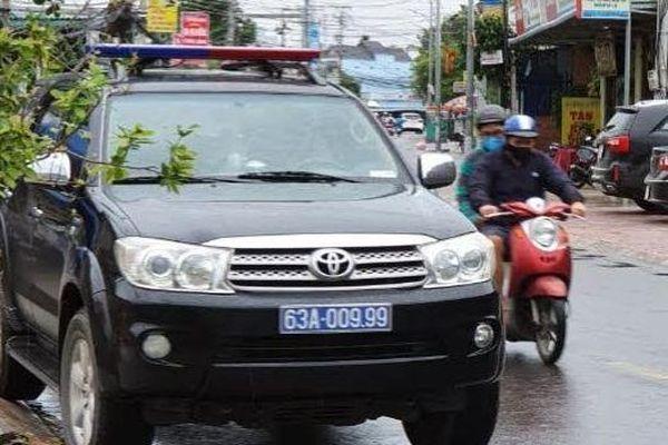 Tiền Giang: Xác minh vụ xe biển xanh chở người vào quán karaoke