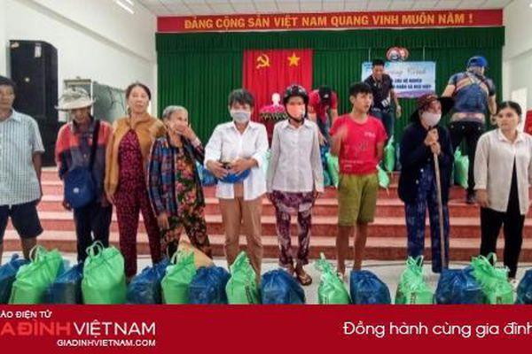 Báo Gia đình Việt Nam cùng Hội Can Tho Motobike tặng 120 phần quà cho người dân khó khăn