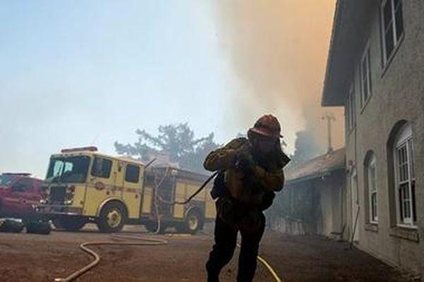 Cháy rừng hoành hành, miền Tây của Mỹ lại hứng chịu động đất