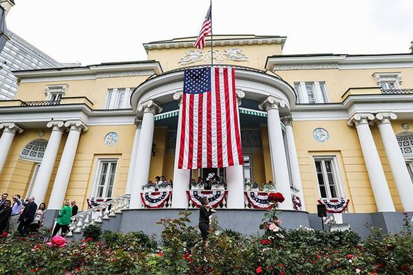 Say xỉn, lao xe vào dinh thự Đại sứ Mỹ ở Nga