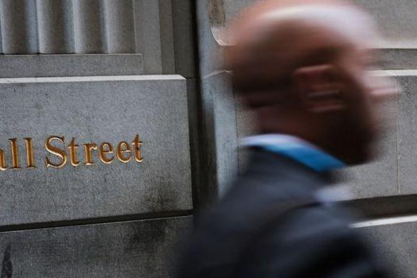 Mỹ điều tra ngân hàng, Dow Jones sụt gần 900 điểm