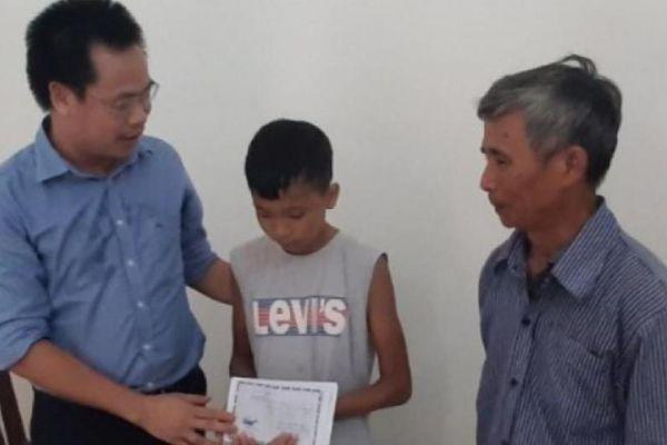 Bắc Giang: Bé mồ côi khóc ngặt tìm mẹ sau TNGT được hỗ trợ 14,5 triệu đồng
