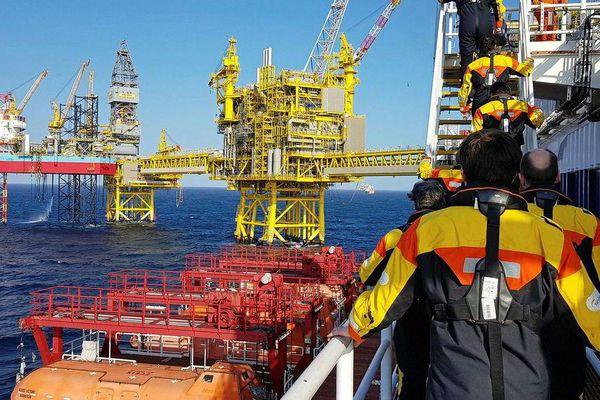 Giá dầu thô tăng nhẹ, bão tiếp tục đe dọa hoạt động khai thác dầu thô của Hoa Kỳ