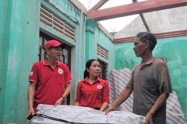 Hội Chữ thập đỏ Việt Nam hỗ trợ hơn 700 triệu đồng giúp người dân bị ảnh hưởng do bão số 5