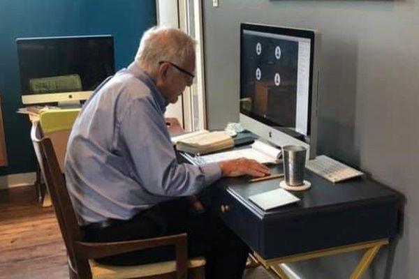 Giáo sư Mỹ 91 tuổi dạy học trực tuyến