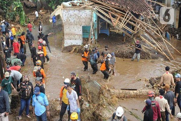 Hàng ngàn người sơ tán vì lũ lụt ở Indonesia
