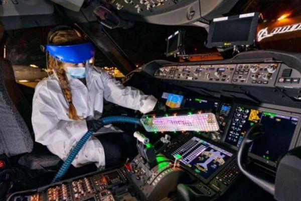 Boeing thiết kế đèn cực tím có thể khử trùng buồng lái trong 15 phút