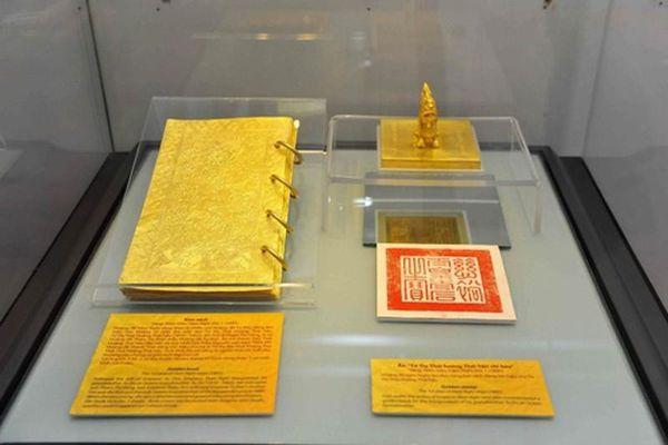 Ai được ban sách làm bằng vàng trong lịch sử?