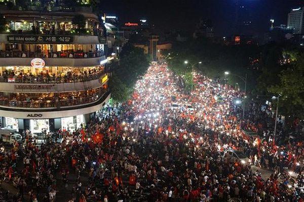 Hà Nội yêu cầu người dân ăn mặc lịch sự, cấm nói tục ở phố đi bộ Hoàn Kiếm