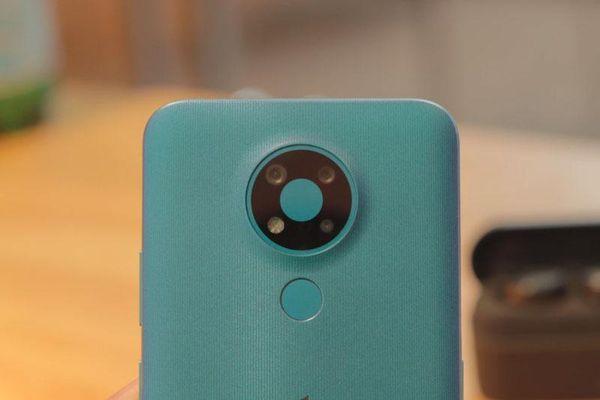 Ảnh chi tiết smartphone 3 camera sau, chip S460, RAM 4 GB, pin 'trâu', giá hấp dẫn