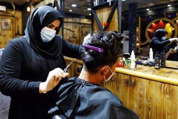 Người phụ nữ đầu tiên làm nghề cắt tóc nam tại miền Nam Iraq