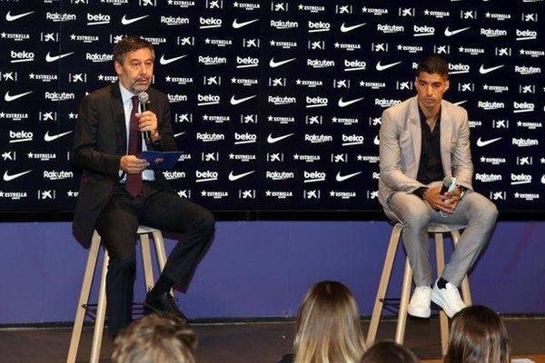 Suarez từ chối chụp hình với chủ tịch Barcelona