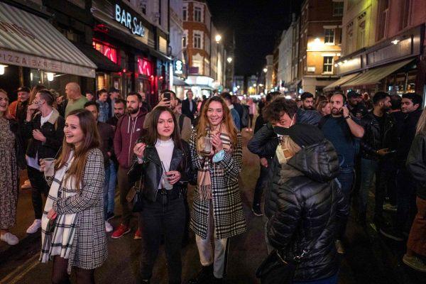 Video đường phố London tấp nập người dù đang áp dụng lệnh giới nghiêm