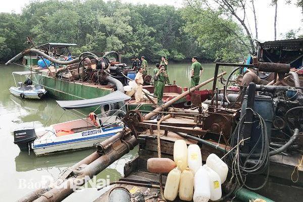 Bắt 2 phương tiện 'khủng' bơm hút cát trái phép trên sông Đồng Nai