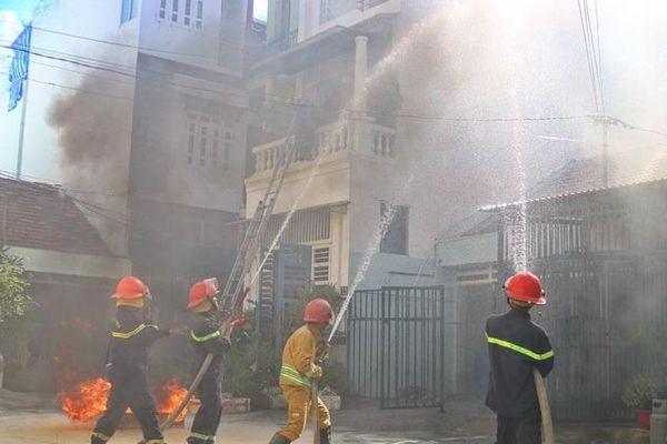 Hàng trăm người diễn tập chữa cháy, cứu nạn trong khu dân cư đông đúc