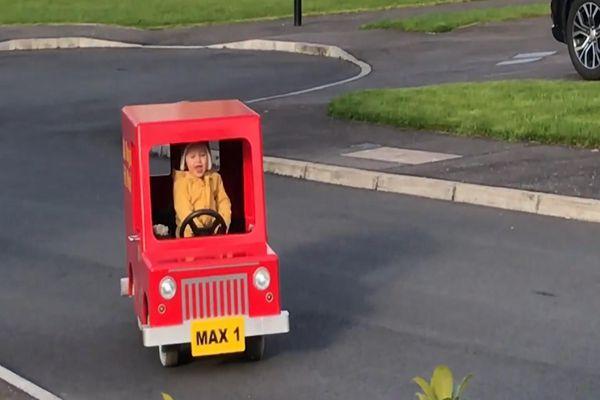 Người đàn ông chế tạo ô tô cho con từ động cơ xe tay ga cũ